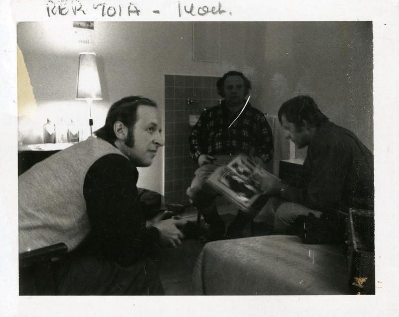 LE TEMPS D'UNE CHASSE [FILM] (Canada : Québec, Francis Mankiewicz, 1972, long métrage). Photographie de raccord, 1972. Marcel Sabourin, Pierre Dufresne et Michel Brault à la caméra. 2013.0413.PH.043