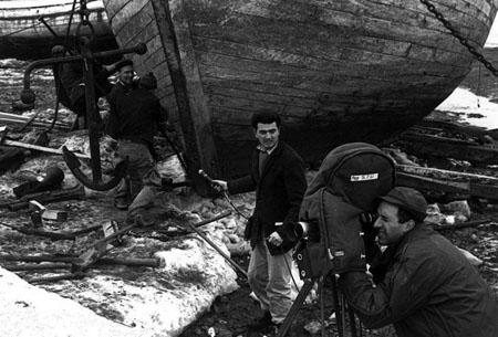 Marcel Carrière et Michel Brault lors du tournage de POUR LA SUITE DU MONDE de Pierre Perrault et Brault (1963), un film monté par Werner Nold