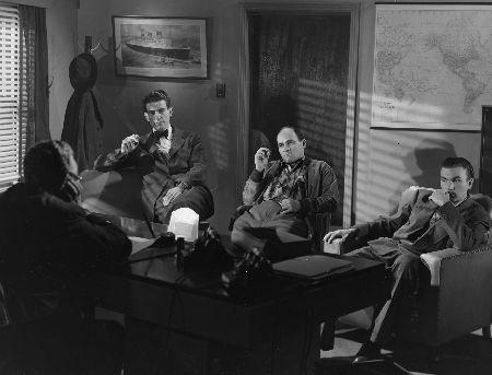 Dans le bureau du chef ennemi (de dos) le trois poursuivants : Richard Kronold, Mac Shoub, John Colicos