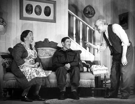 Tiq-Coq dans sa nouvelle famille : A. Alaric, G. Gélinas et F. Barry