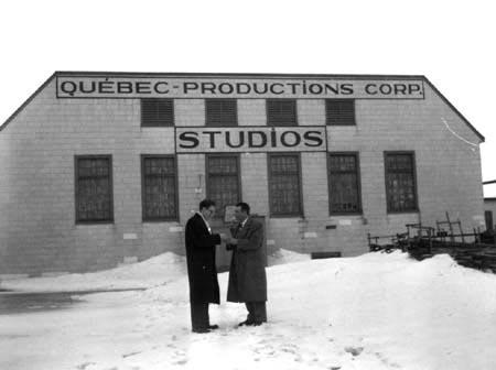 Jean Boisvert et René Dary devant l'entrée des studios