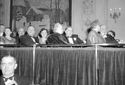 Première d'UN HOMME ET SON PÉCHÉ : de g. à dr., accompagnés de leurs épouses, Paul-Emile Poirier, H. Charland, C.H. Grignon et C. Houde