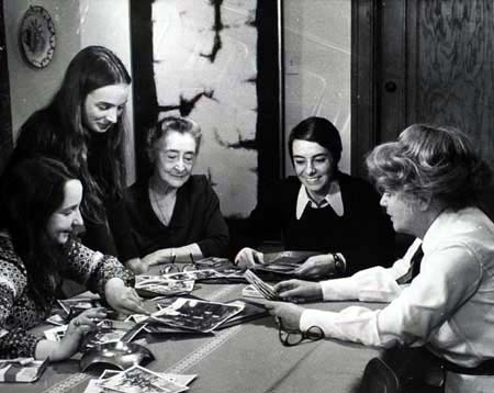 LES FILLES DU ROY. debout : Hélène Girard, 2e à droite : Anne Claire Poirier © ONF