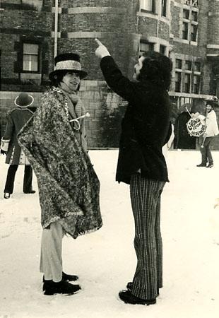 Raymond Cloutier et Roger Frappier lors du tournage du GRAND FILM ORDINAIRE de R. Frappier (1970) Coll. Cinémathèque québécoise