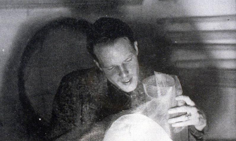 """Gorden Webber (années 1940 ou 1950) manipulant un """"modulateur de lumière"""". Source : Bruce Anderson"""