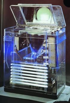 Téléviseur TRK-12 Phantom Teleceiver RCA, États-Unis, 1930. Ceci est le téléviseur original dans son boîtier en Lucite transparent qui a été exposé au pavillon RCA à l'exposition universelle de New York en 1939. Il avait été conçu par le designer industriel John Vassos. © Cinémathèque québécoise/Collection Moses Znaimer