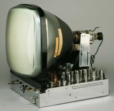 Récepteur de télévision RC200 Radio Craftsman, États-Unis, 1950.Ce téléviseur était fait pour les audiophiles sérieux; il possédait une sortie audio permettant de le connecter à un système haute-fidélité. Il s'agit de l'un des premiers appareils à rechercher l'intégration avec la haute-fidélité sonore. © Cinémathèque québécoise/Collection Moses Znaimer
