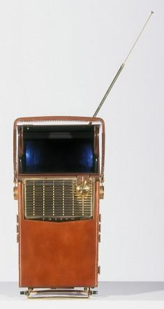 Téléviseur portable H2010 Safari (Brown) Philco, États-Unis, 1959. Ce téléviseur marque le début de la miniaturisation et de la portabilité grâce aux transistors et aux semi-conducteurs. © Cinémathèque québécoise/Collection Moses Znaimer