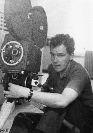 Photo de tournage. [196?] Jean-Claude Labrecque. Noir et blanc. 1995.0352.PH.49.Jean-Claude Labrecque a tourné plus de la moitié du film à titre de caméraman et directeur de la photographie. Caméra : Auricon avec un chargeur de 1000 pieds.