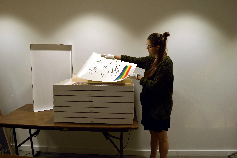 [Daphnée Bouchard reconditionnant des affichettes dans les boîtes fabriquées sur mesure] ; 2016